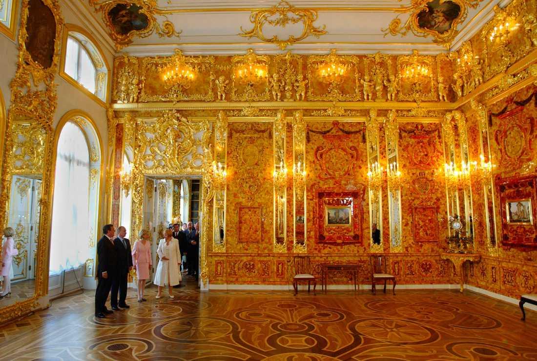 Gerhard Schröder, dåvarande förbundskansler i Tyskland, och Rysslands president Vladimir Putin, när bärnstensrummet restaurerats.