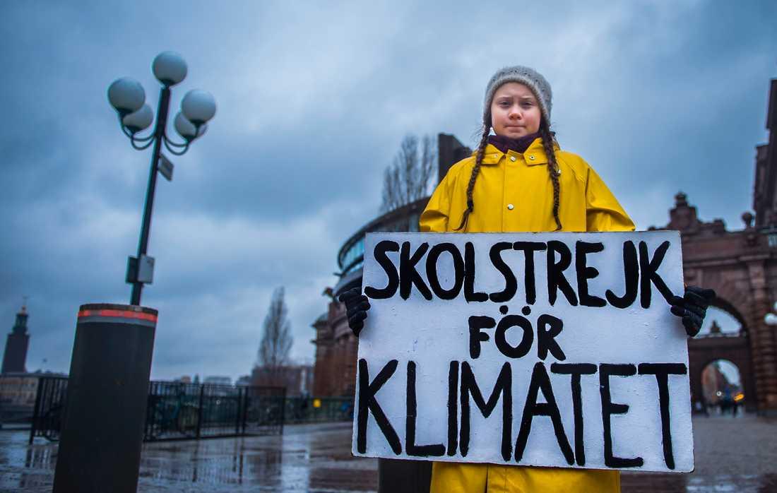 Greta Thunberg med sin världsberömda skylt. Arkivbild.