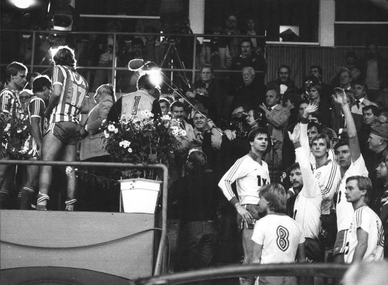 SM-finalen mellan Hammarby och IFK Göteborg, slutade med seger för Göteborg med 3-1. t.v. glada IFK:are med och t.h. lite mer sammanbitna Hammarbyare som trots förlusten vinkar till publiken.