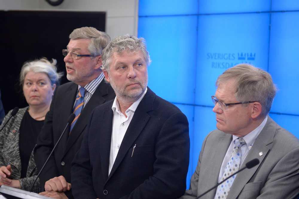 Per-Ingvar Johnsson (C), längst till höger i bild menar att Sverige borde försöka påverka andra EU-länder så att de tar emot fler.
