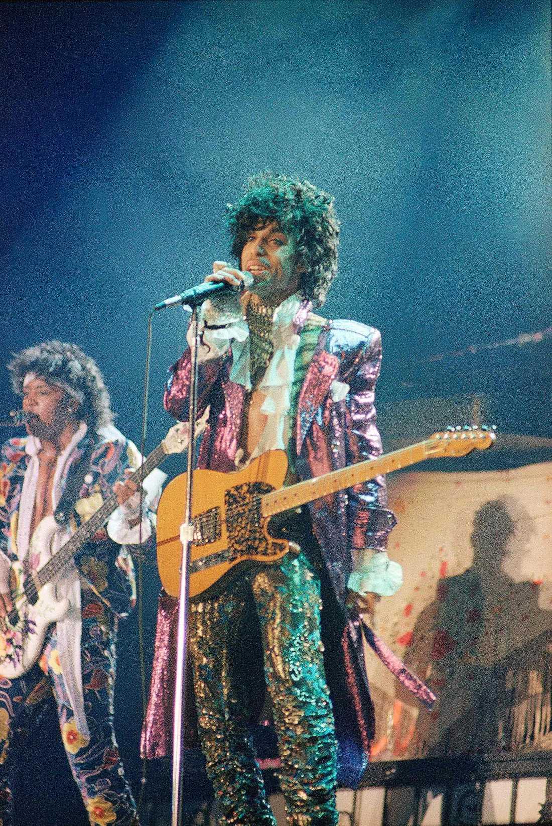 Prince spelar med sitt band The Revolution.