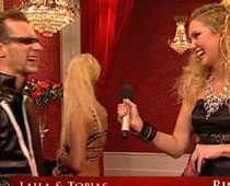 Till slut vill inte Laila Bagge höra mer från programledaren Jessica Almenäs och vänder sig bort.