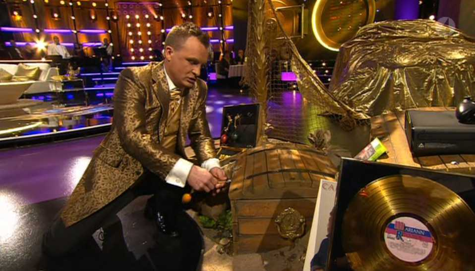 När Bylund sedan försöker öppna hörs ett klick, men programledaren fortsätter kämpa med låset. Till slut ger han upp.