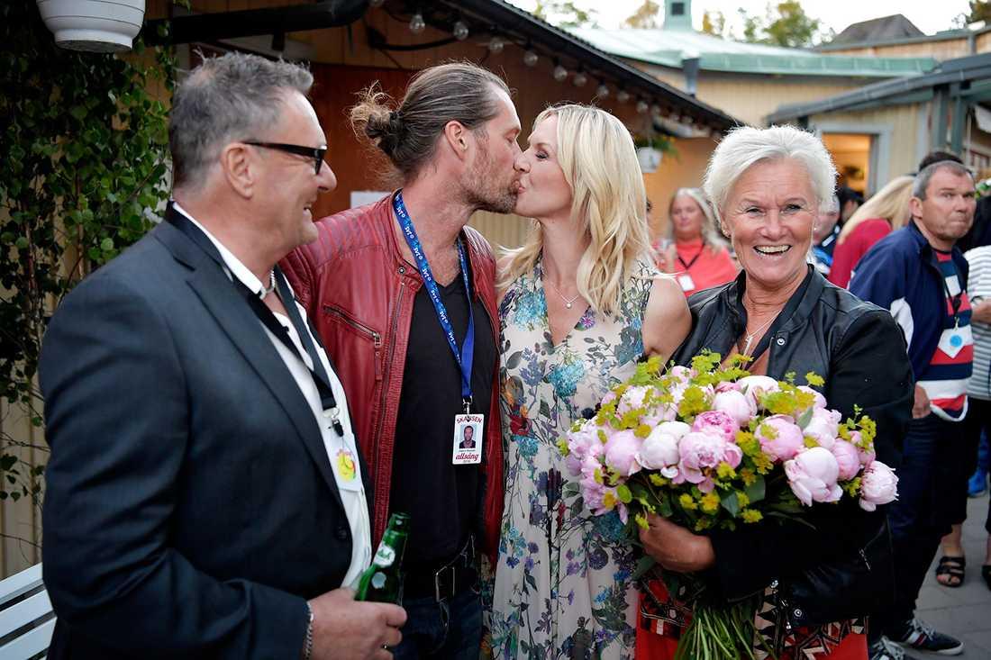 Sanna Nielsen med föräldrar och sambon Joakim Ramsell.