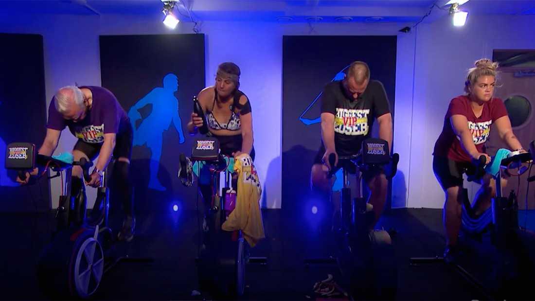 """Deltagarna kämpa på cyklarna i """"Biggest loser""""."""
