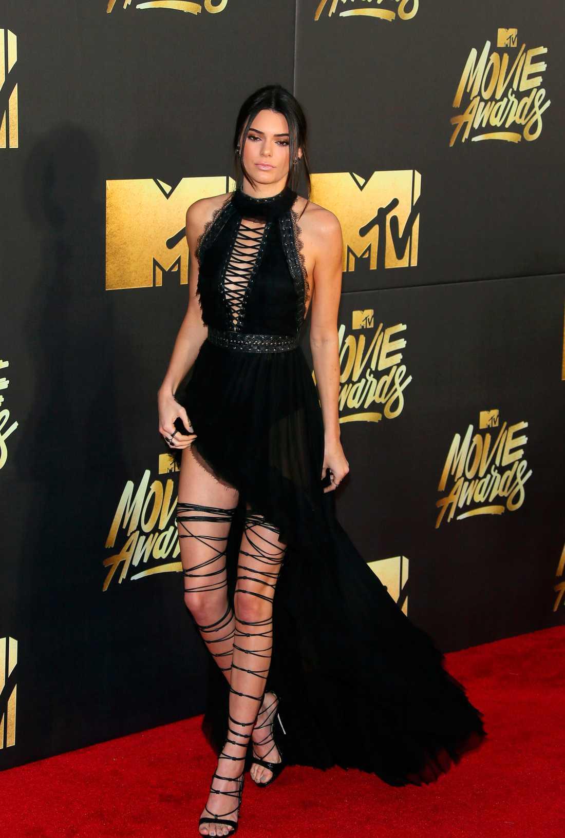 Kendall Jenners skor väckte mycket uppmärksamhet.
