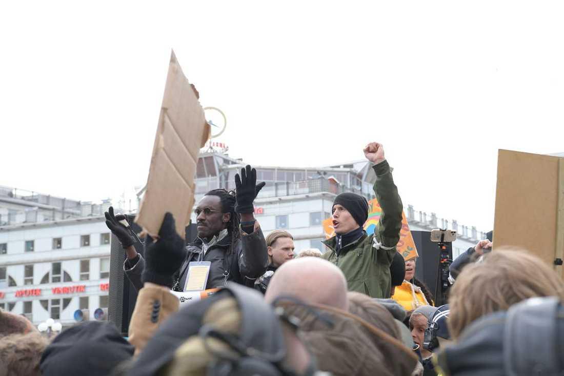 Hundratals personer samlades på Medborgarplatsen.