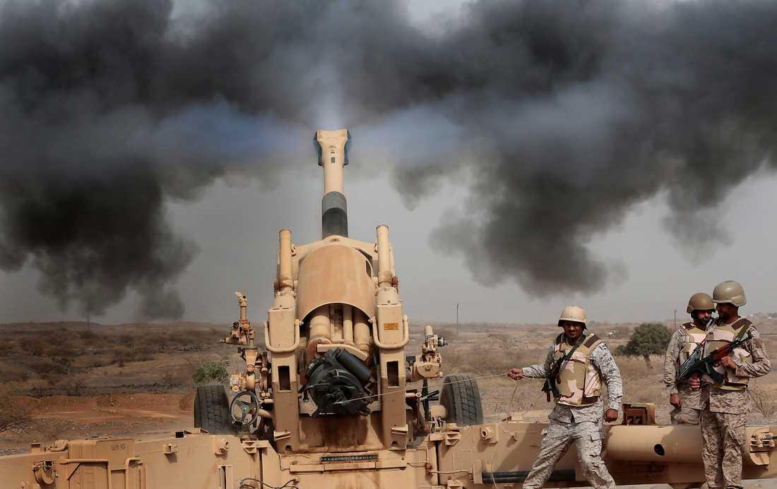 Saudiarabiskt artilleri vid gränsen till Jemen. Ett hemligt dokument från den franska underrättelsetjänsten avslöjar att svenska radarsystem och franska kanoner används av Saudis stridande trupper i Jemen.