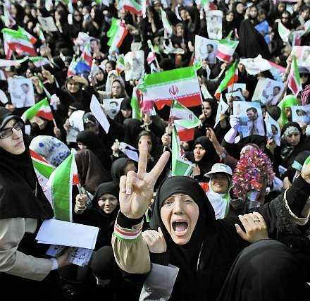 Kvinnliga anhängare till Mahmoud Ahmadinejad jublar i Teheran.