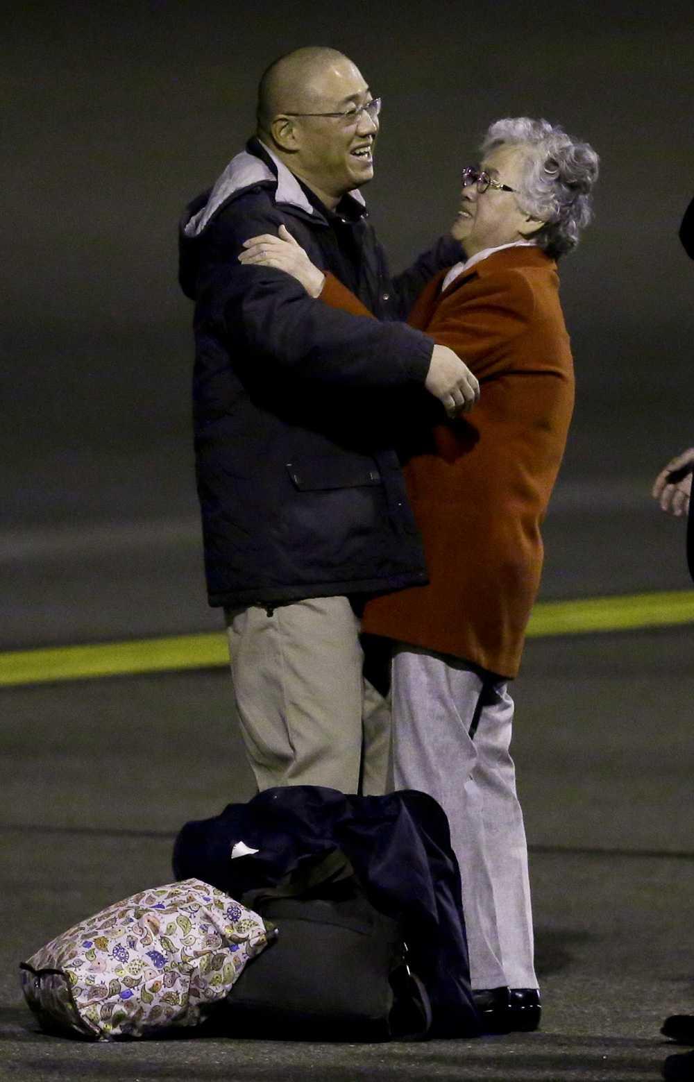 Kenneth Bae tillfångatogs i Nordkorea 2012. På bilden kramar han om sin mamma Myunghee Bae.