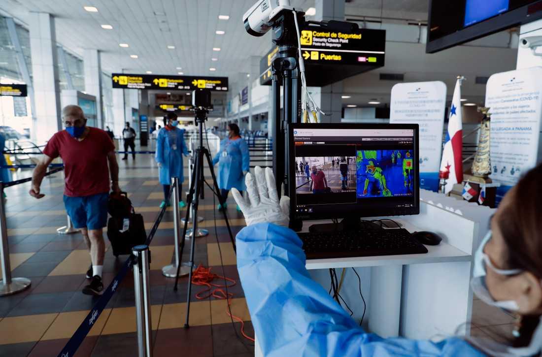 En värmekamera används för att mäta kroppstemperaturen hos passagerare vid flygplatsen i Panama City.
