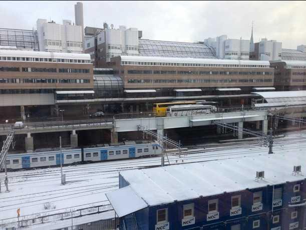 Centralen i Stockholm där snön ligger på tågspåren.