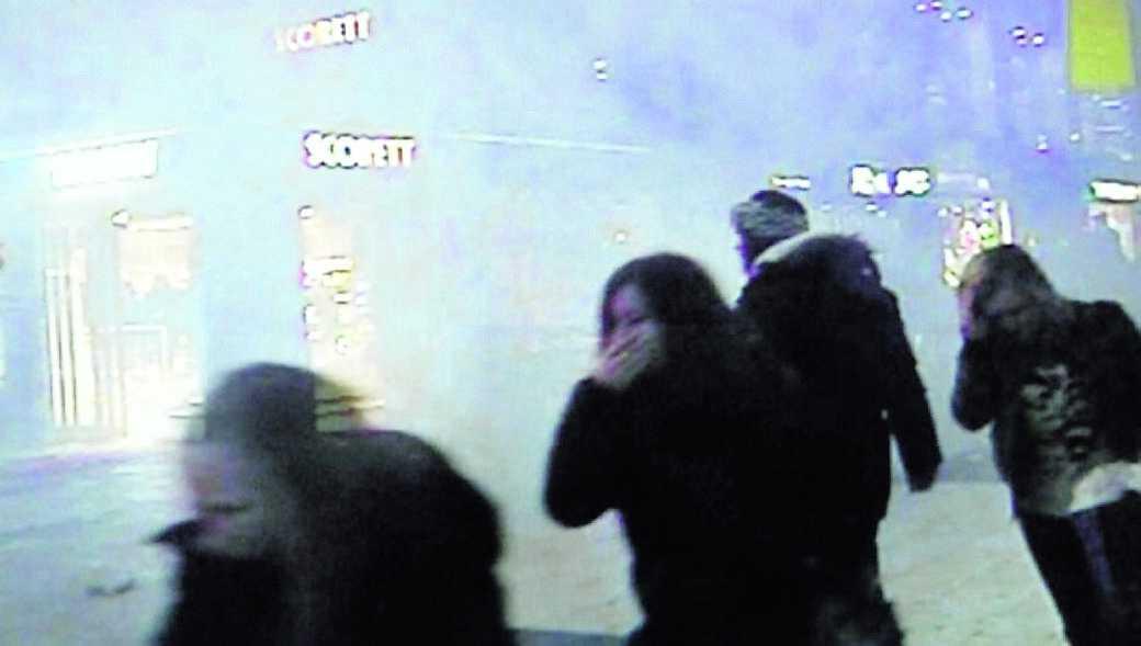 spränger sig själv Videosekvensen varar bara några sekunder. Men den visar tydligt hur Drottninggatan i Stockholm genom ett ögonblicks verk förvandlas från en vanlig shoppinglördag strax före jul till ett blodigt inferno.