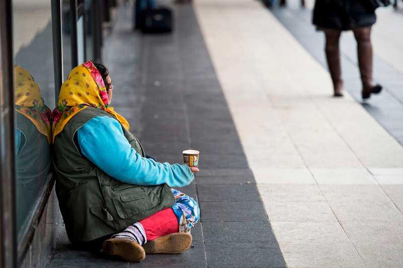 Att lösa den sociala situationen för EU-migranterna är komplicerat. De flesta som i dag tigger runt om i Sverige är romer från Rumänien.