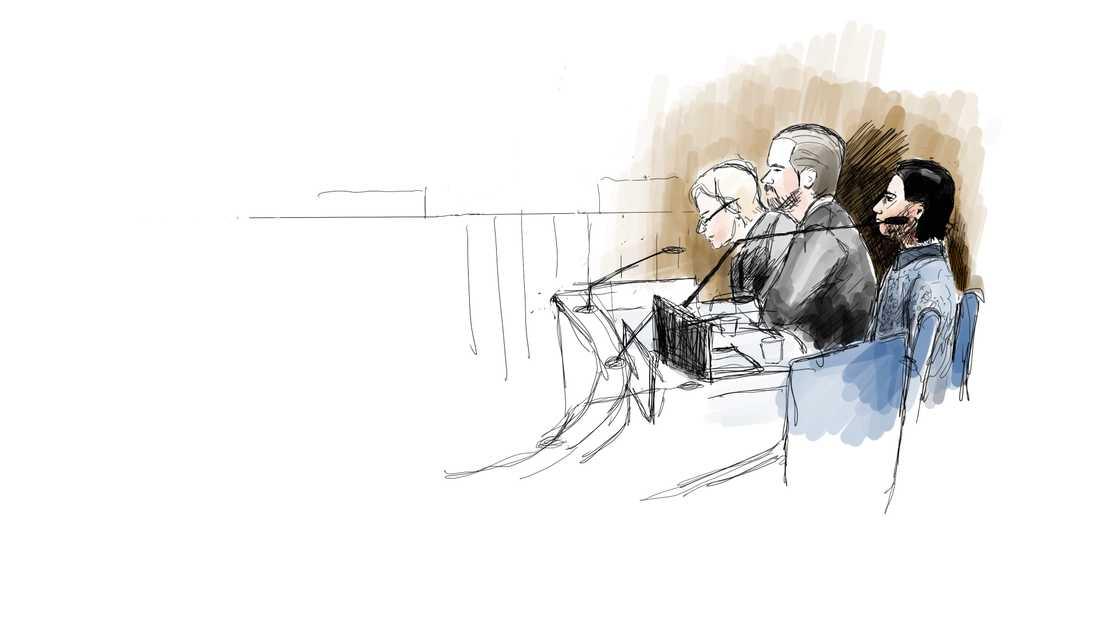 Den åtalade 23-årige mannen, till höger, under första rättegångsdagen i Uddevalla tingsrätt i tisdags. Intill mannen sitter hans två offentliga försvarare, Beatrice Rämsell och Peter Olsson. Teckning.