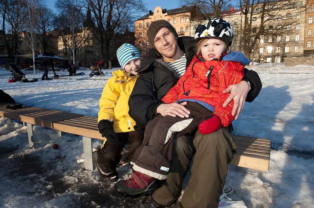 Peter Banks, 42, arkitekt, har tre barn. Här med döttrarna Poppy, 4, och Lili, 8: – Ja, lite. Dels för att hinna med allt hemma. Vi har en personal som är resurs till Poppy som har stödbehov – och då är det extra viktigt att komma överens om en exakt tid. Men jämfört med London är det inte lika stor press i Sverige. Där måste man betala 15 pund för varje halvtimme man är försenad.
