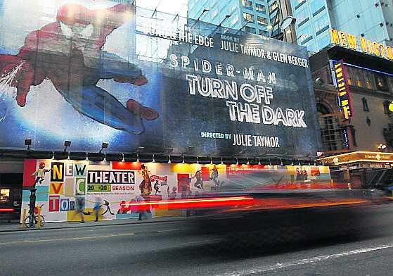 Affischerna på Broadway skvallrar om premiären av musikalen...som bara dröjer och dröjer.