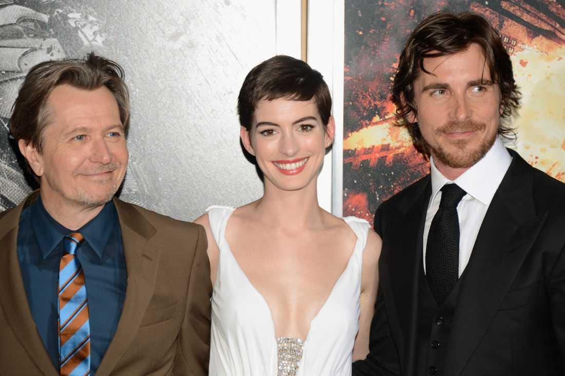 Tre huvudpersoner Gary Oldman, Anne Hathaway och Christian Bale.