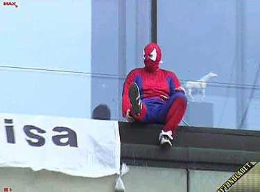 Utklädd till superhjälten spindelmannen demonstrerade en man genom att fira sig ner längs Kulturhusets fasad. Mannen ville skapa uppmärksamhet kring pappors rättigheter.