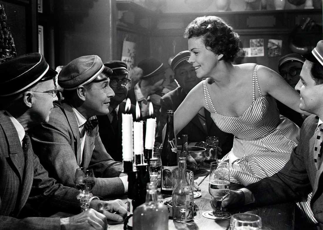 """1956 Sickan var en av regissören Hasse Ekmans ständigt återkommande skådespelare. Här ur Ekmans komedi """"Sjunde himlen"""" från 1956."""
