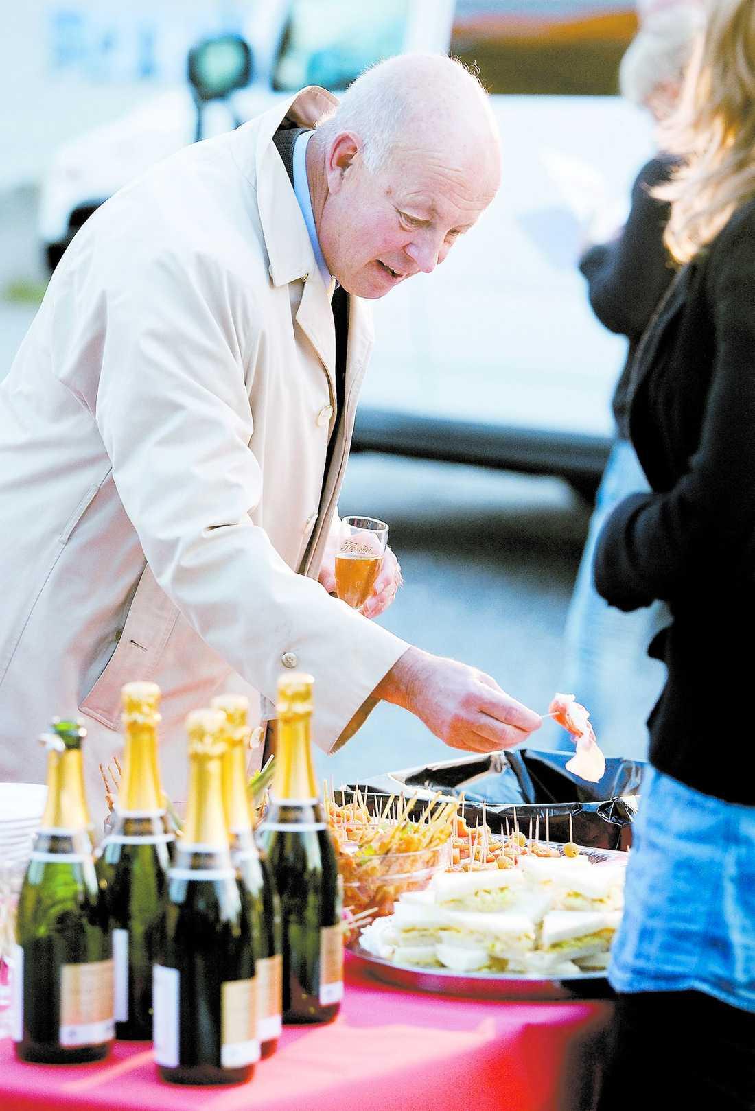 """""""viktigt att undvika jäv"""" Lennart Hedquist (M), som är ordförande i skatteutskottet, tjänar stora pengar på sina olika styrelseuppdrag. För en av posterna får han 275 000 kronor per år, och tjänar totalt mer pengar utifrån än från själva huvudsysslan, riksdagsarbetet. På bilden besöker han ett mingel som Aftonbladet arrangerade den 30 september. Inbjudan utlovade middag och chans att vinna en lyxresa, men allt var fejkat för att testa riksdagsledamöternas moral."""