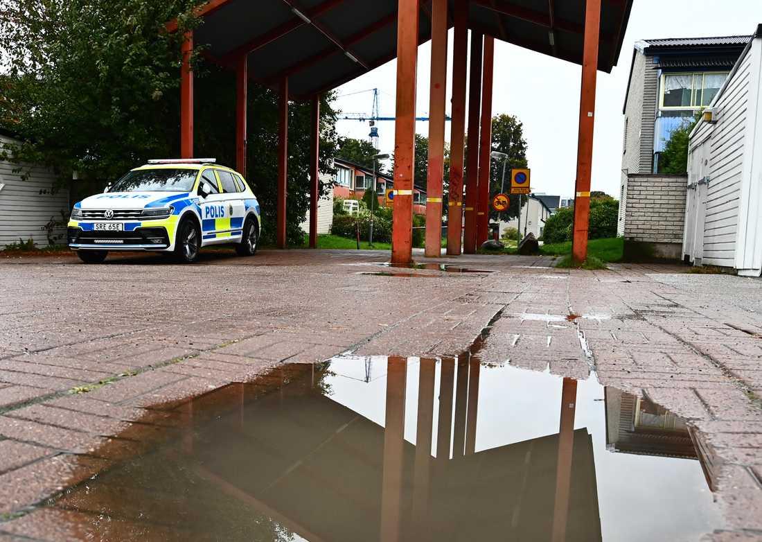 Polisbil på plats.