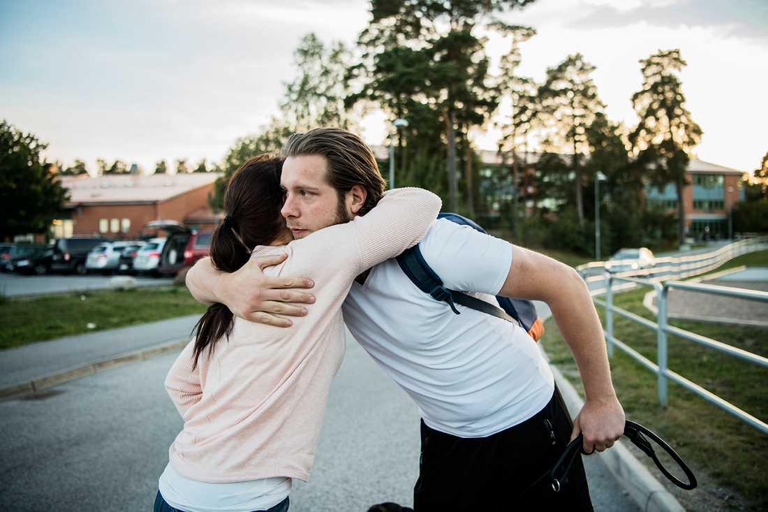 Lotta ger Christian en varm kram vid idrottsplatsen.