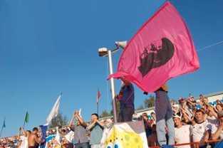En banderoll med Hitlers ansikte vajade från åskådarplats under en match i Vologda.