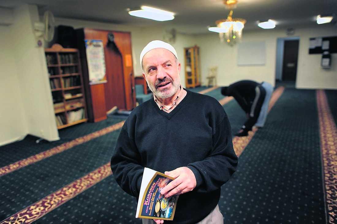 Imamen Awad Olwan har haft problem med extremt religiösa unga män i sin moské.