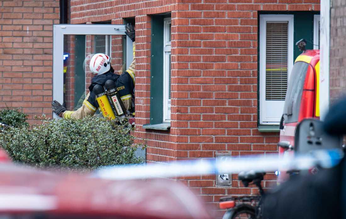 Ett stort område har spärrats av och ett flerfamiljshus samt en vårdcentral som ligger där har evakuerats, uppger polisen på sin hemsida.