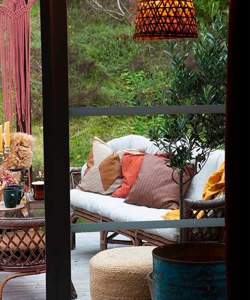 På baksidan av huset har Kristin, med hjälp av sin svärfar, precis byggt klart en mysig pergola. Rottingutemöblerna är köpta i andra hand via Facebook marketplace. Kuddar från bland annat H&M home och Svanefors.