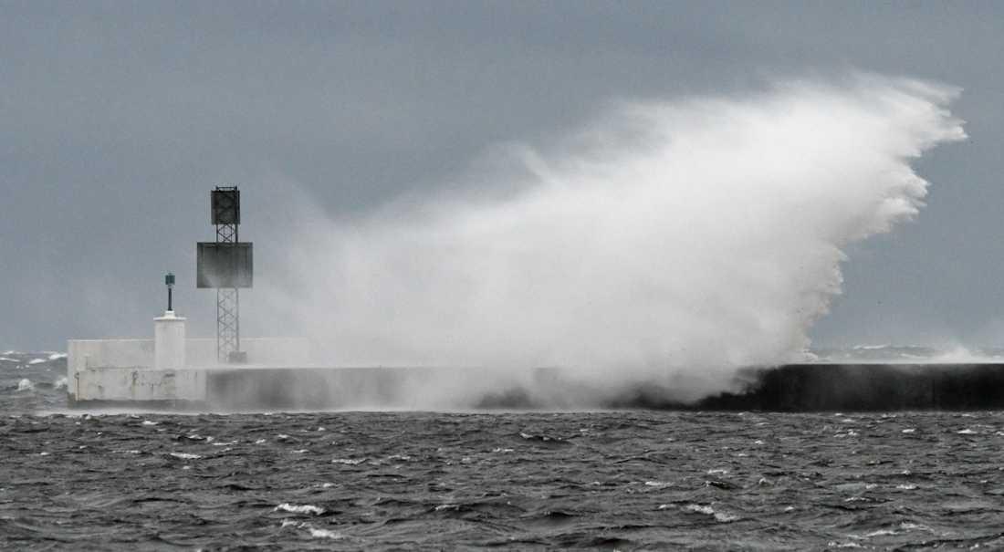 Piren i Falsterbokanalen under stormen  i september 2017. Samma år uppmättes den högsta tillfälliga havsnivån i modern tid i kommunen.