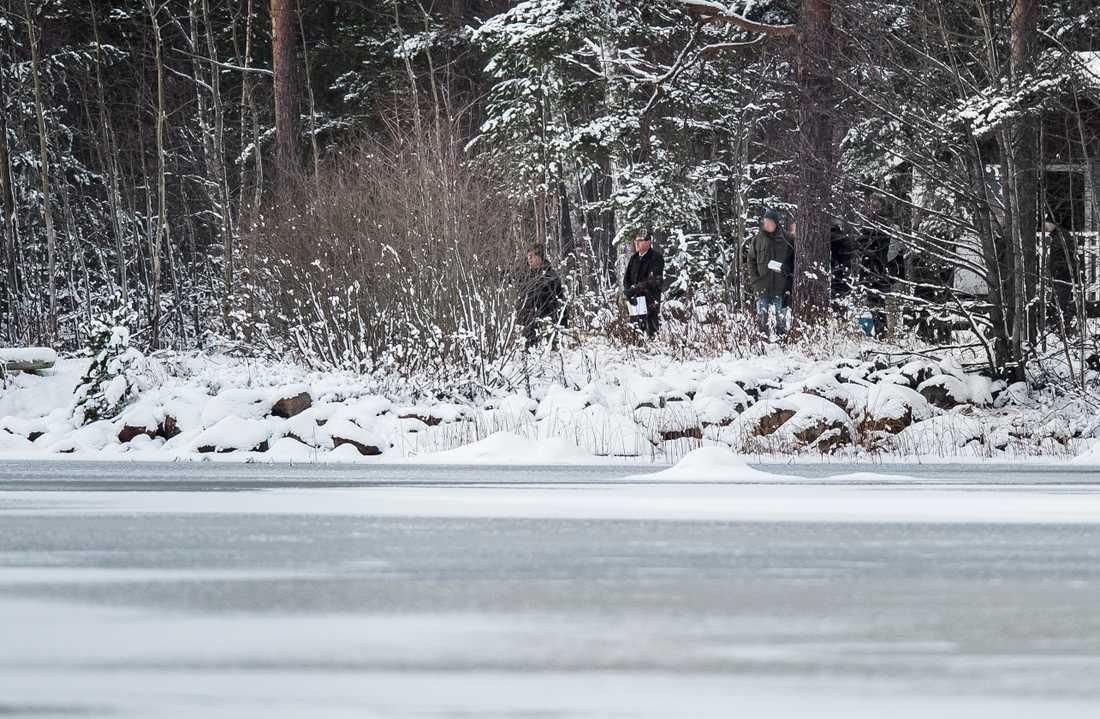 Tingsrätten besöker sjön där Tova hittades.