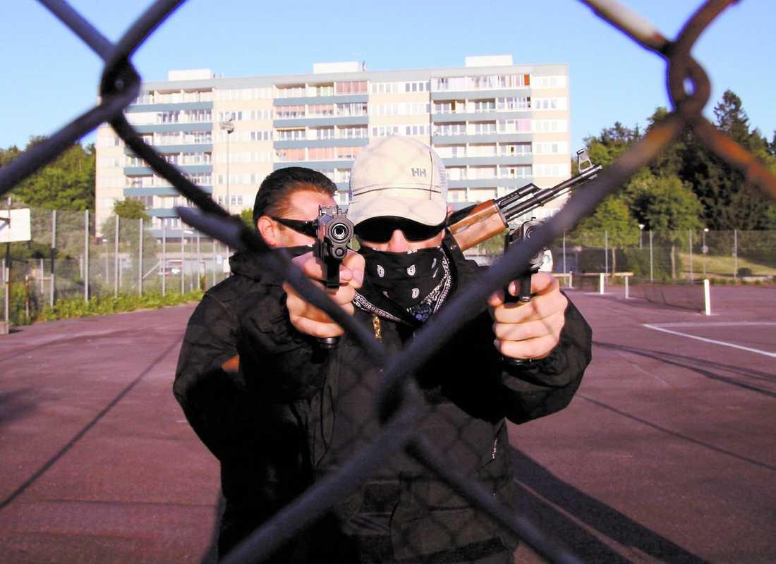 Två medlemmar i hiphopgruppen Kartellen. Bandets låtar handlar ofta om brutal kriminalitet och flera av dem är dömda för grova brott.