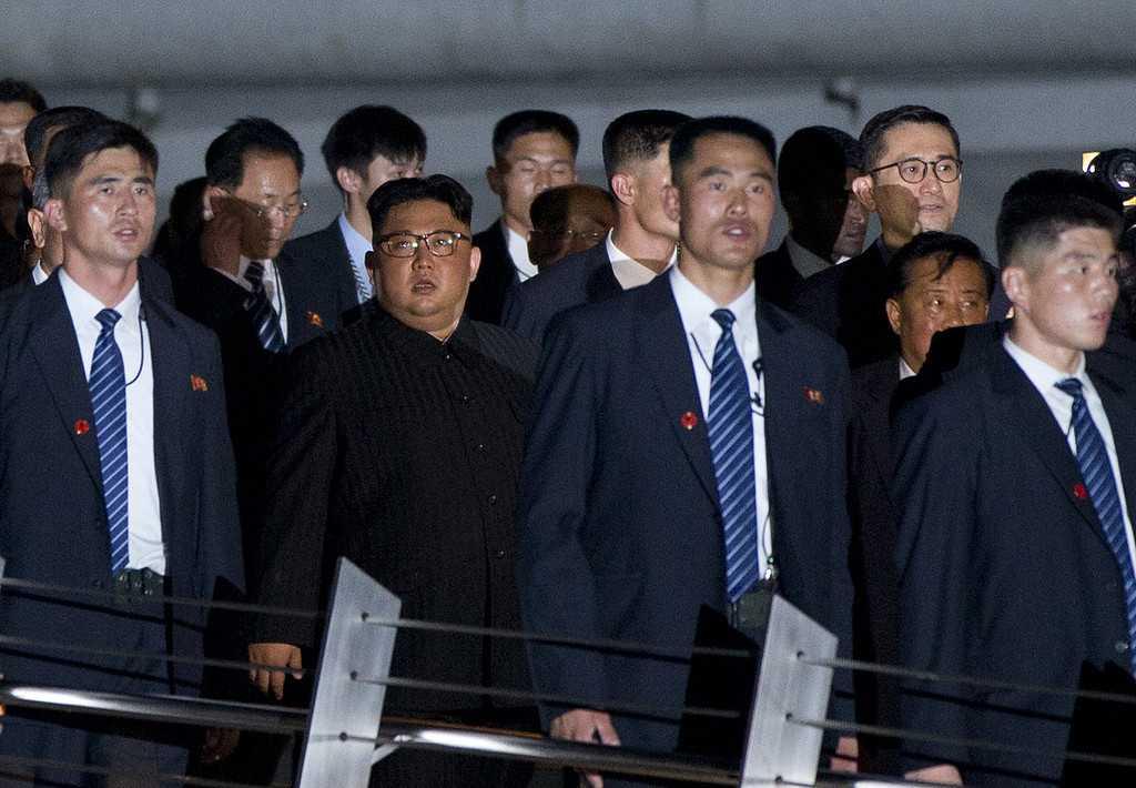 Nordkoreas ledare Kim Jong Un, promenerar i Marina Bay, Singapore. Fotograferat av  Gemunu Amarasinghe, fotograf på AP.