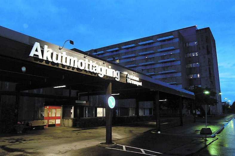 Den 46-åriga kvinnan fördes till akutmottagningen på Kärnsjukhuset i Skövde, men hennes skador var för allvarliga och hon avled senare.