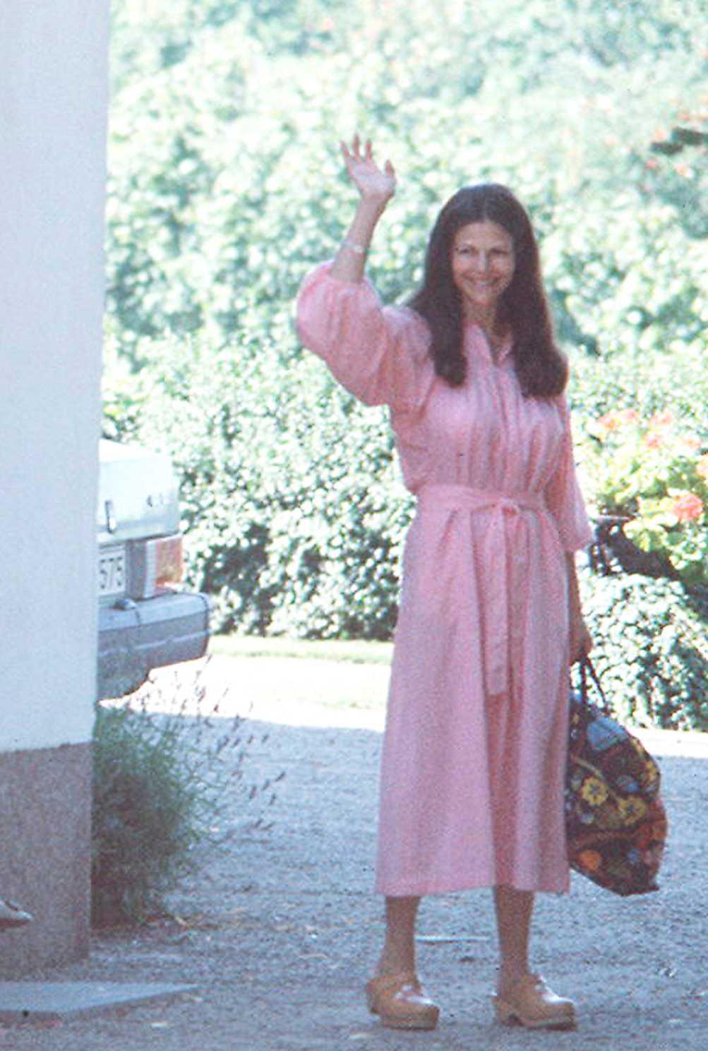 """Silvia Sommerlath 1979 PB: """"Få kvinnor är så eleganta som Silvia. Hon skulle i princip komma undan med vad som helst. Den här rosa klänningen skulle lika gärna kunna vara en skapelse från Rodebjers aktuella kollektion, tidlös och vacker som alltid.""""  NJ: """"Drottningen är precis som Pamela säger otroligt elegant, då som nu. Otroligt vacker i sitt långa mörka hår här och den rosa skjort/rock-klänningen gör henne cool som ingen annan. Trendigt värre."""""""