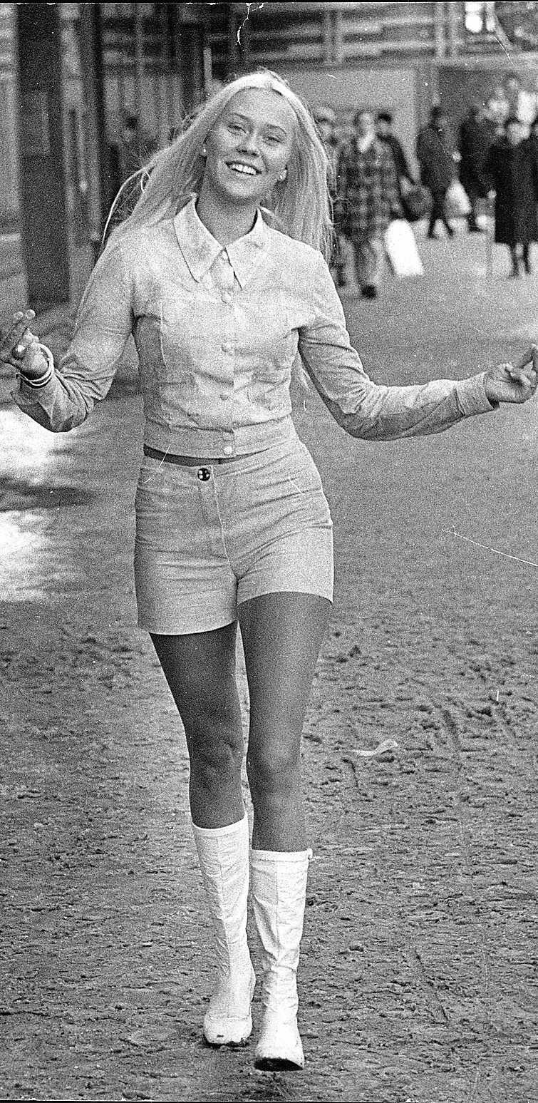 Agnetha Fältskog 1971 PB: Lekfull och utmärkande är två ord som beskriver Agnetas stil bra. Inget som gemene man skulle kunna bära upp men på rätt kvinna så!  NJ: Agneta var tillsammans med sina  vapendragare i Abba extremt modiga i sina klädval, till och med på 70-talet var bandmedlemmarna lite mer vågade än vad som var rimligt på scen. Även utanför scenen var Agneta lekfull, inte alltid så snyggt men  absolut uppseendeväckande. *Årtalet när bilden tagits har inte kunnat med säkerhet bestämmas .