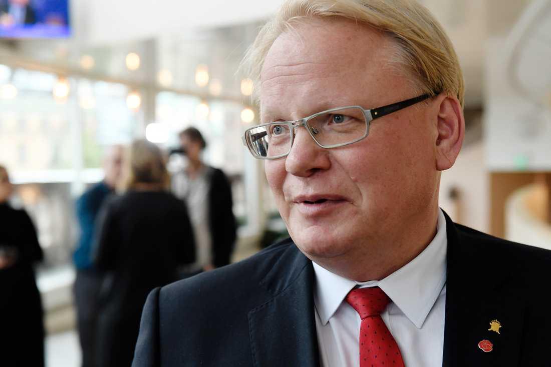 Centerpartiet och Liberalerna drar tillbaka hotet om misstroendeförklaring mot försvarsminister Peter Hultqvist.