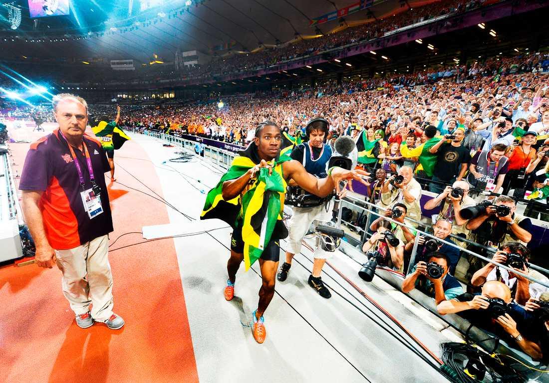 Yohan Blake fotas av Bolt efter stafettguldet på 4x100 meter 2012.