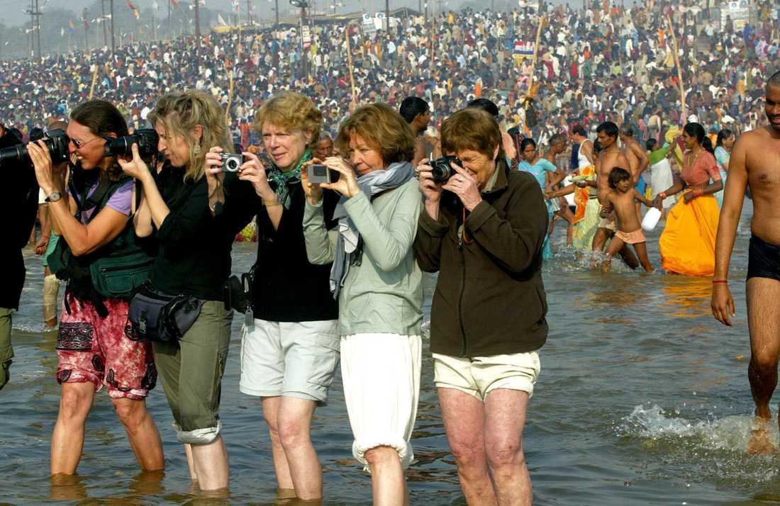 Vad gör man inte för en bättre bild? Franska turister i Ganges.