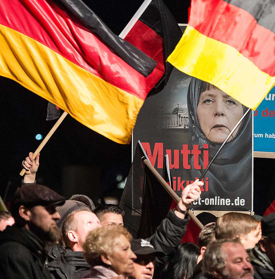 """Val idag Angela Merkel häcklas som """"Mamma multikulti"""" under en Afd-demonstration förra året. I dagens regionalval väntas nya framgångar för det högerradikala partiet. Foto: TT"""