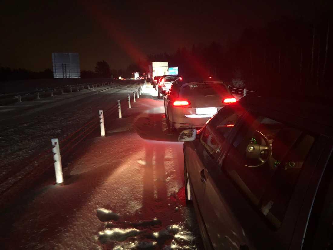 Trafiken på E22 vid Västervik har stått helt still i flera timmar – och prognosen för när trafiken kan tänkas börja rulla har skjutits fram flera gånger.
