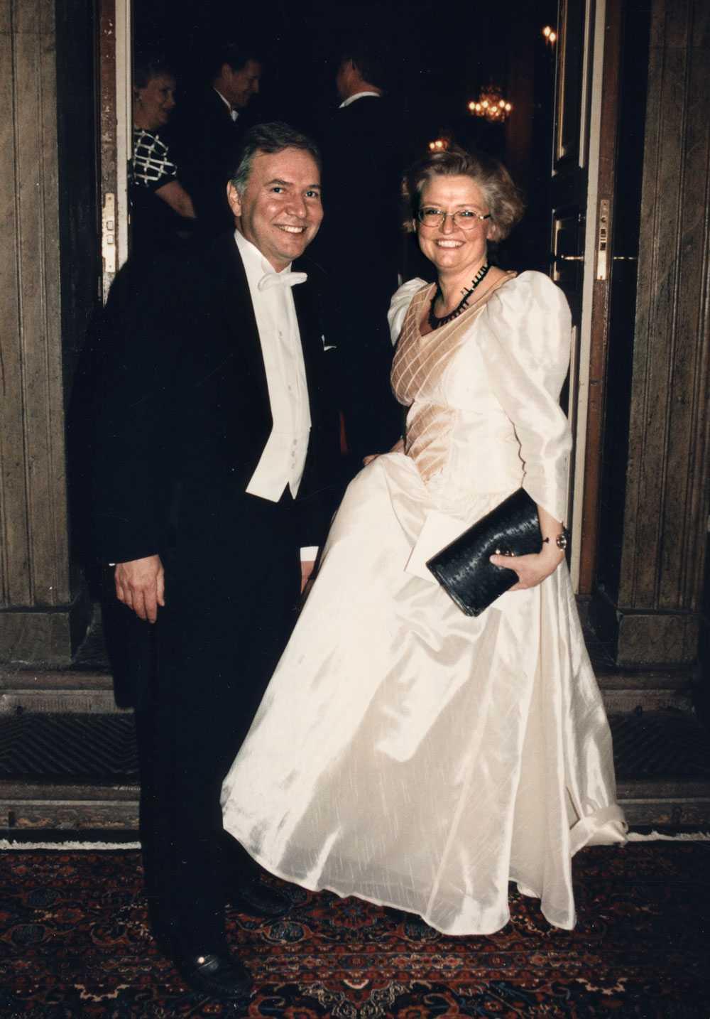 Bo Holmberg med sin hustru, dåvarande miljöministern Anna Lindh, står utanför Vita Havet på Stockholms Slott inför en kungamiddag i januari 1995.
