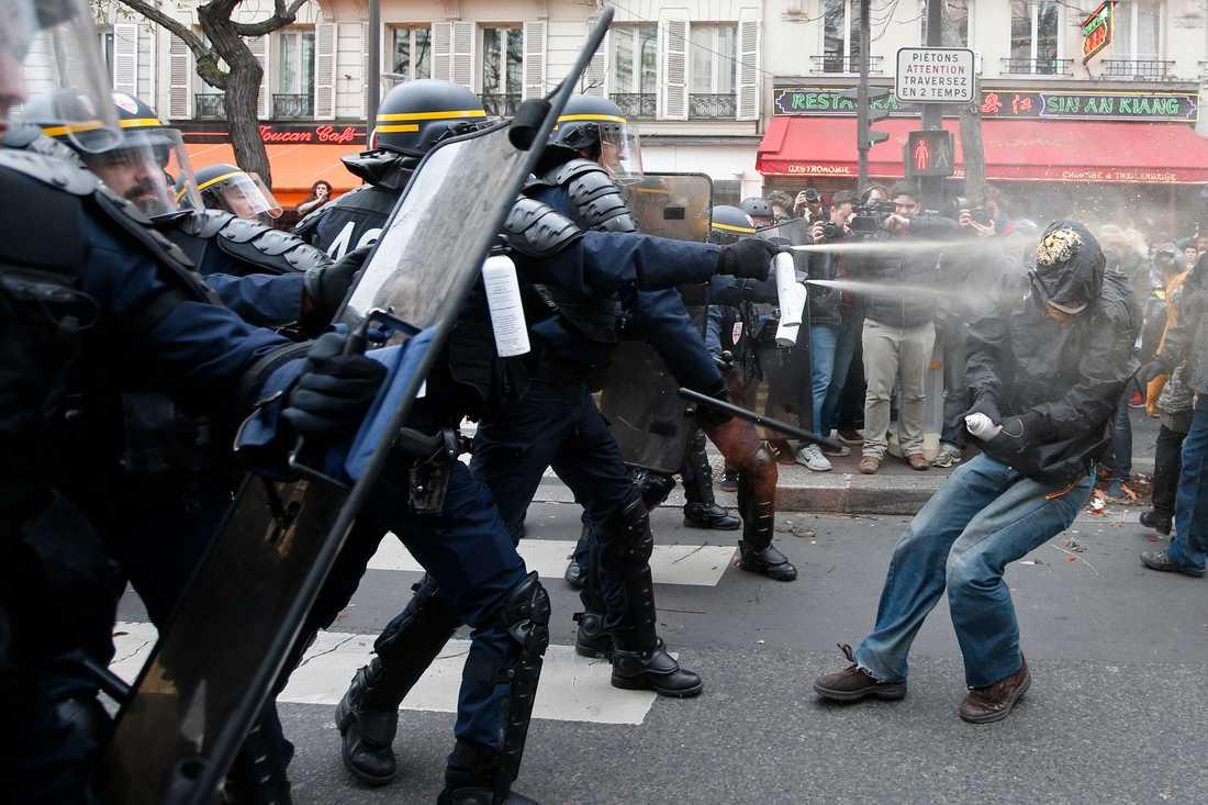 Polis har satt in tårgas mot demonstranter i Paris.