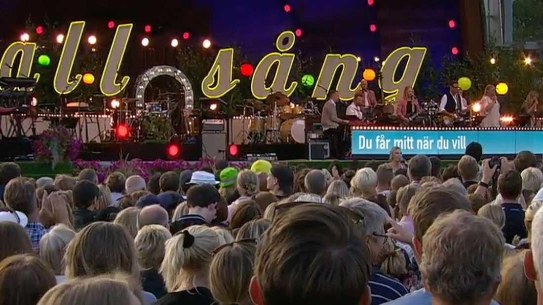 För första gången rullade allsångstexterna fram på en stor skärm framme vid scenen på Skansen.