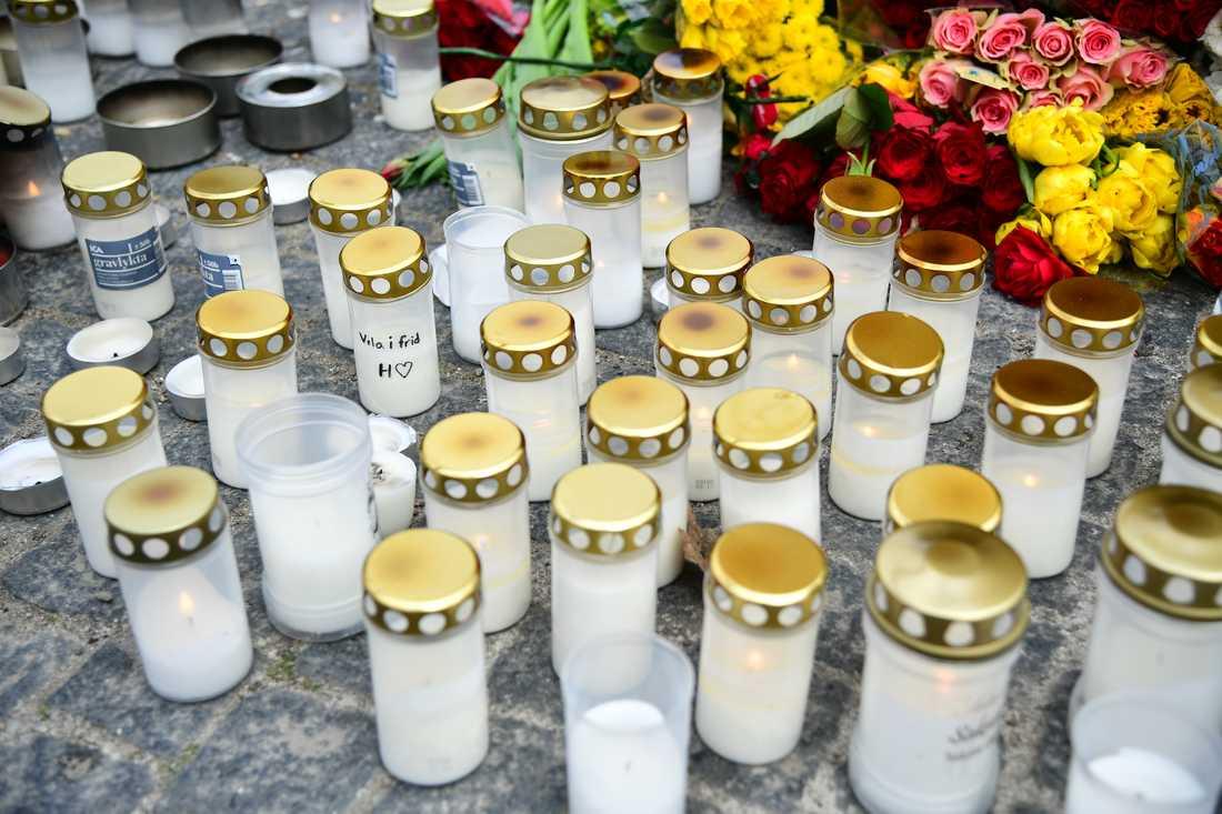 Efter de senaste dagarnas mord i Sätra är det många som tänt ljus vid Sätra torg.