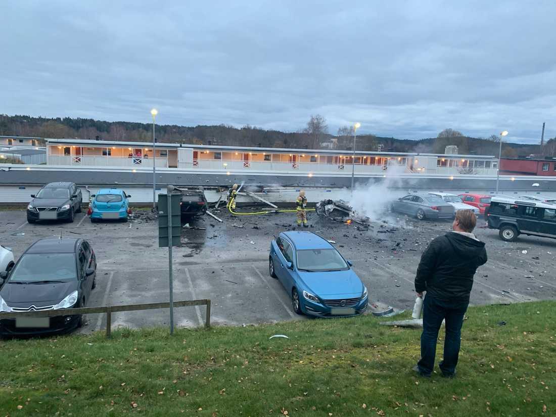 Tre bilar har totalskadats efter en explosion vid en parkering i Landvetter. En av bilarna flög upp i luften –och vändes upp och ner av den kraftiga smällen.