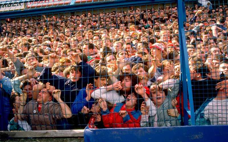 Efter ett tag blev trycket i Liverpoolläktaren så stort att publiken trycktes mot säkerhetsstängslet.