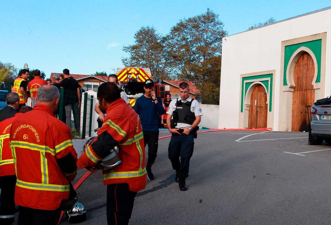 Räddningstjänst och polis vid den moské i Bayonne i Frankrike där dådet inträffade.